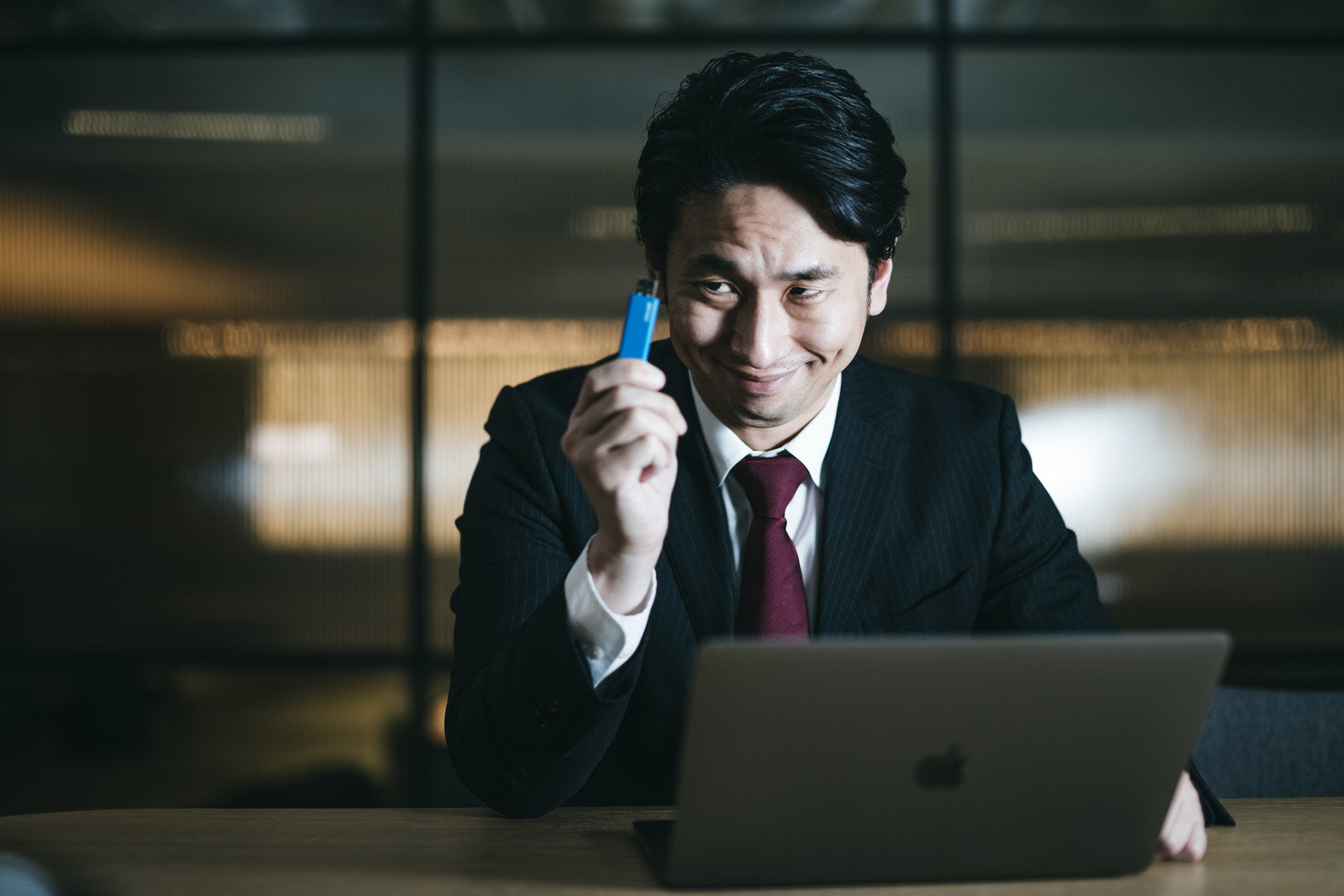 社外秘のデータを盗む会社員の写真