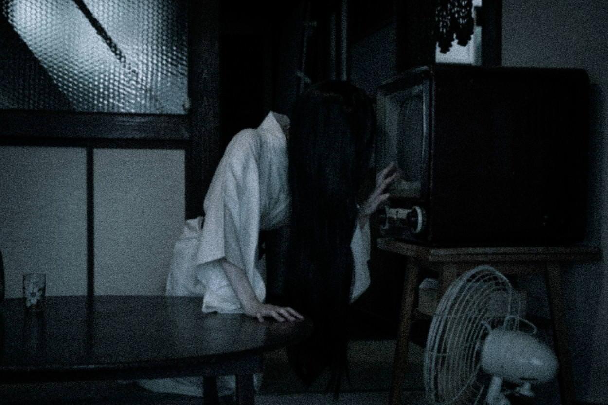 テレビを気にする貞子の写真