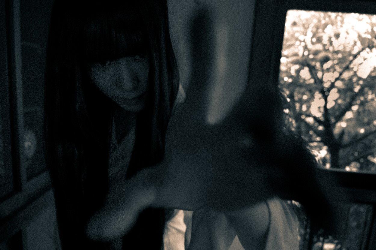 あちらの世界に引きずり込もうとする貞子さんの写真