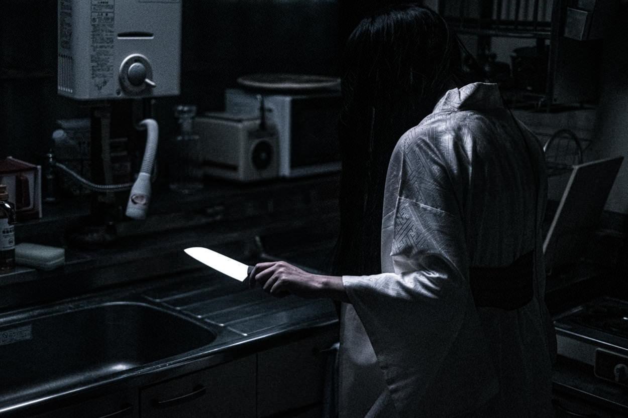 キッチンで包丁を使った料理に挑戦(深夜)の写真