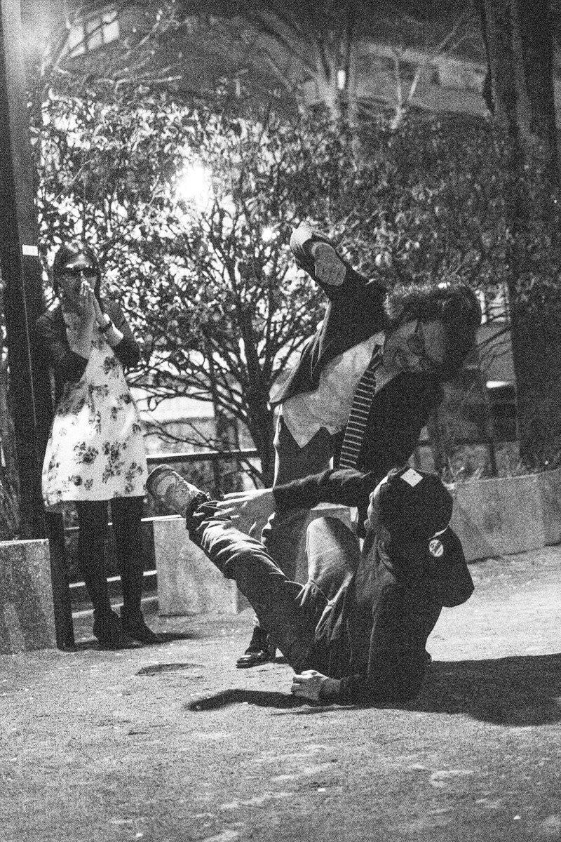 公園で恋敵と乱闘の写真