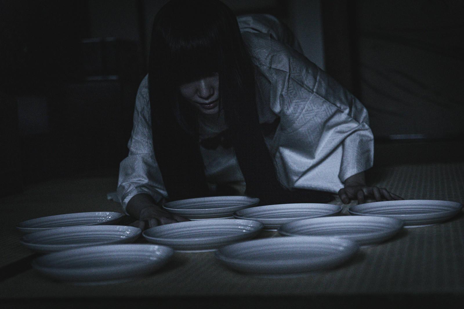 皿を数える白装束の貞子さんの写真