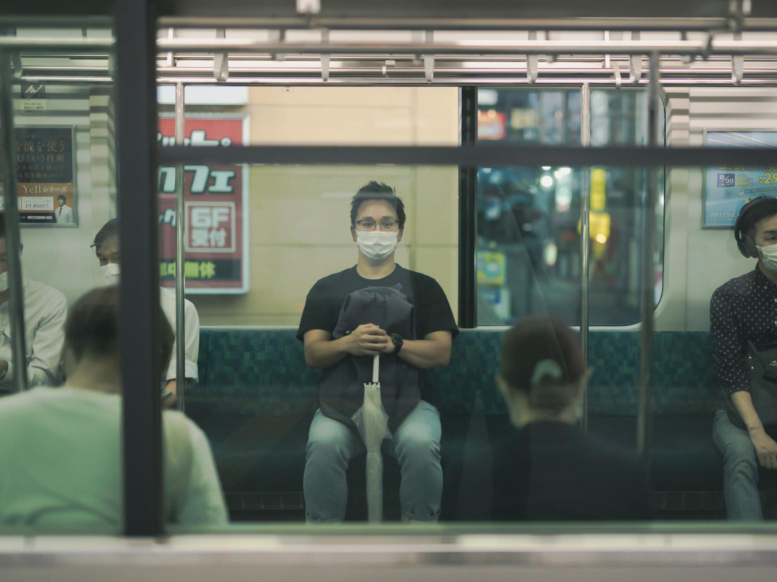 電車を待ってたらドイツ人ハーフと目があうの写真