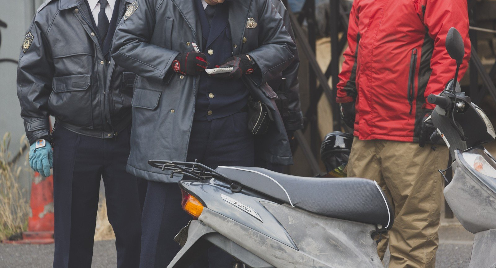 車両を確認する警察官の写真