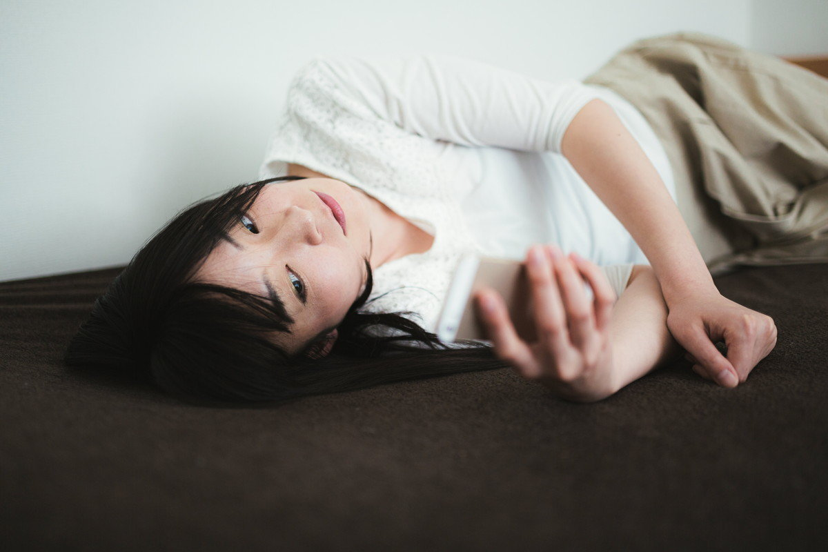 ごろ寝スマホ女子の写真