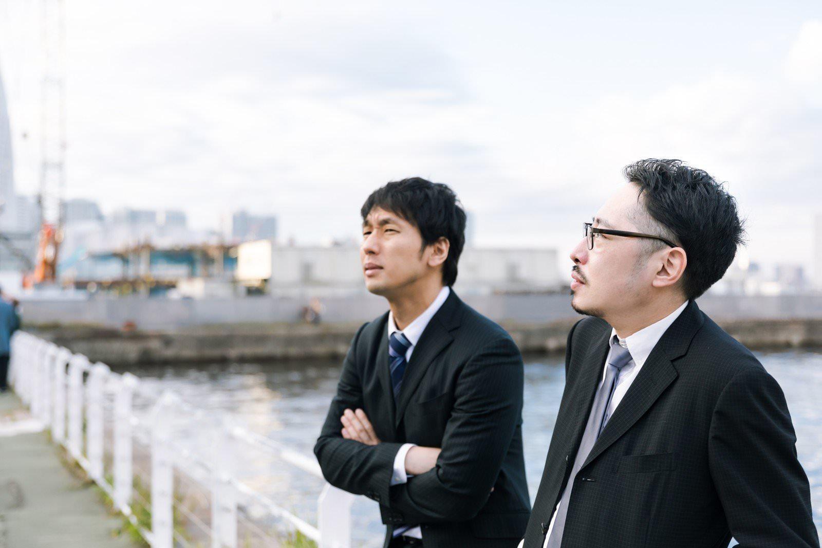 スーツを着て港を操作する探偵二人の写真